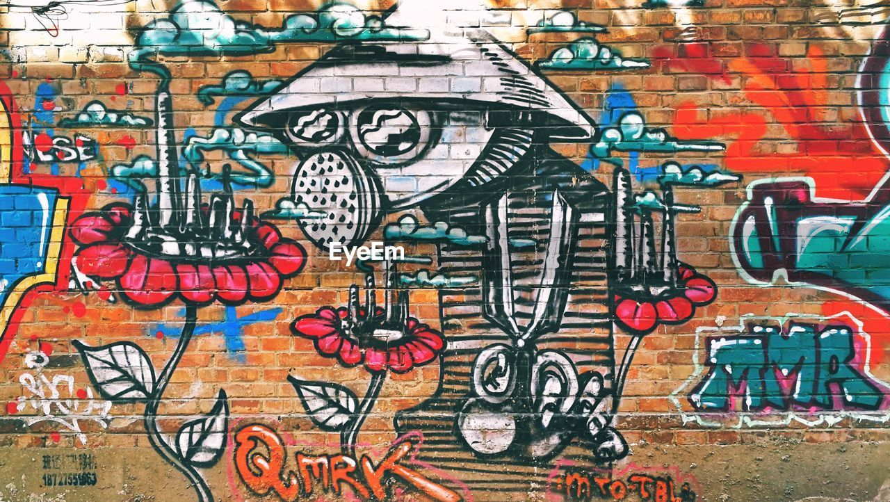 graffiti, wall - building feature, art and craft, street art, multi colored, built structure, no people, architecture, day, ghetto, outdoors