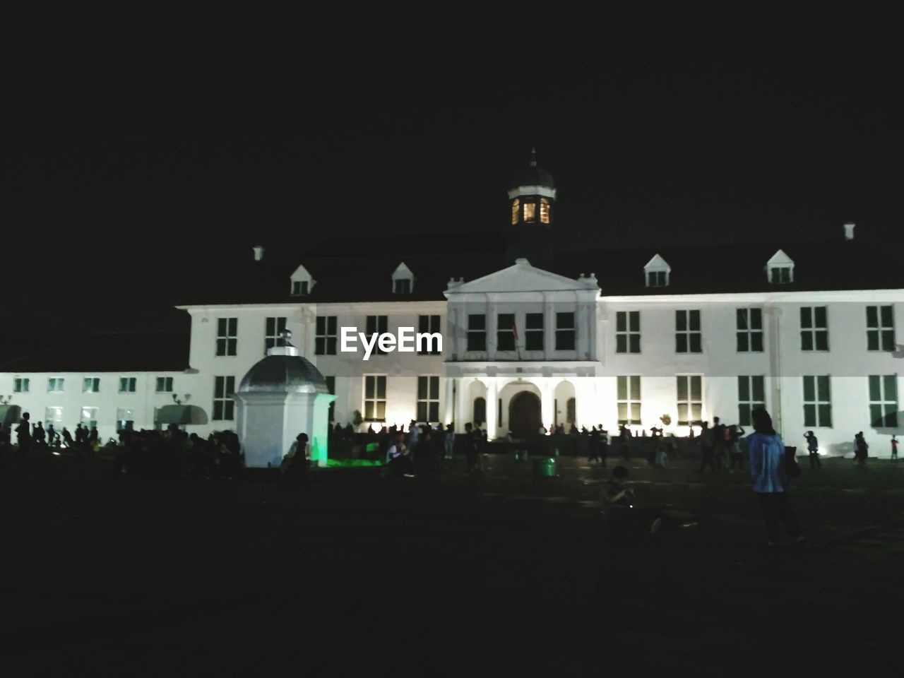 architecture, night, built structure, building exterior, large group of people, copy space, outdoors, men, real people, illuminated, clear sky, crowd, sky, people