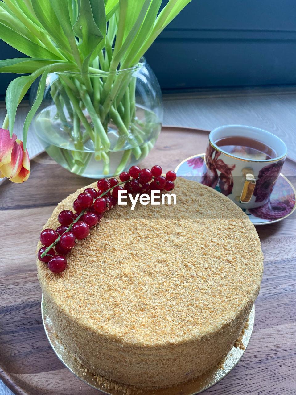 HIGH ANGLE VIEW OF CAKE WITH LEMON ON TABLE