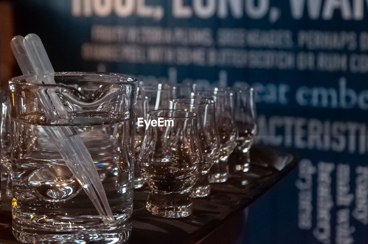CLOSE-UP OF GLASS OF GLASSES