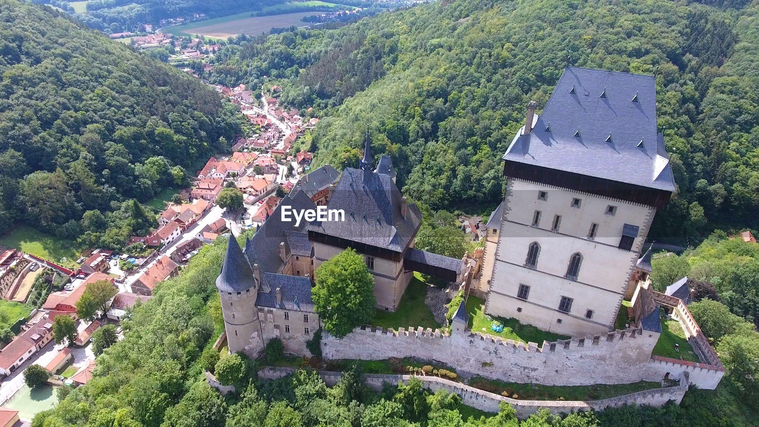 HIGH ANGLE VIEW OF HOUSES ON MOUNTAIN