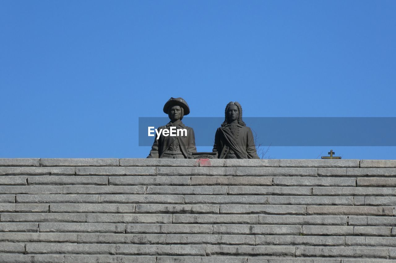 sky, representation, sculpture, human representation, statue, art and craft, male likeness, clear sky, architecture, low angle view, copy space, blue, creativity, day, history, built structure, nature, no people, the past, craft