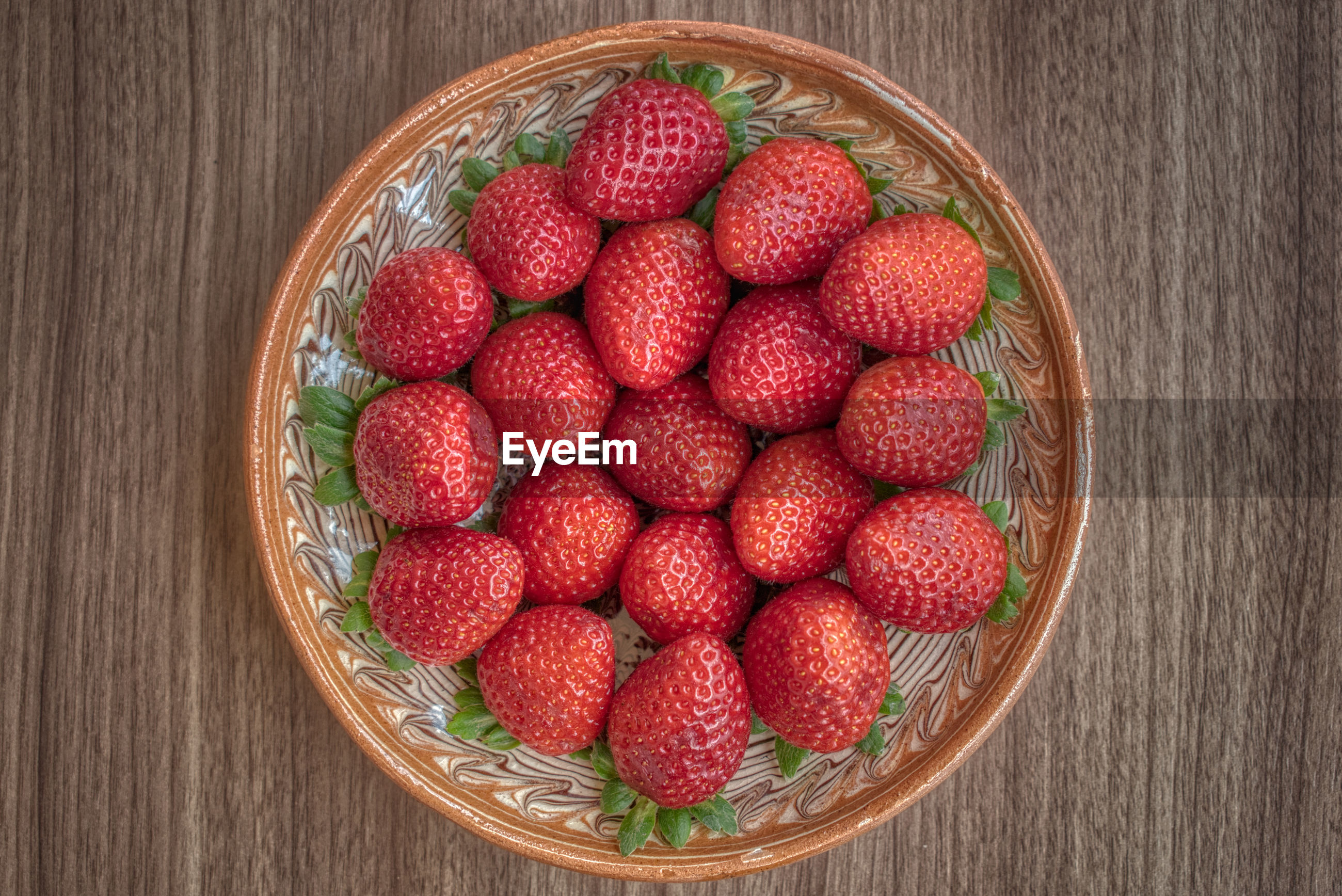 DIRECTLY ABOVE SHOT OF RASPBERRIES IN BOWL ON TABLE