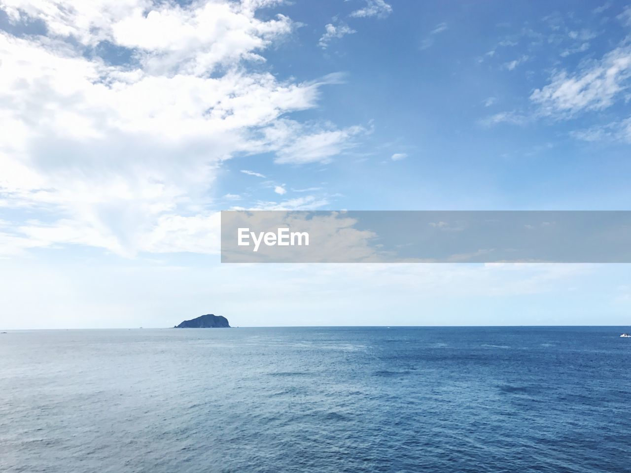 sea, horizon over water, scenics, beauty in nature, water, tranquility, tranquil scene, nature, sky, cloud - sky, no people, waterfront, day, outdoors, rippled, blue