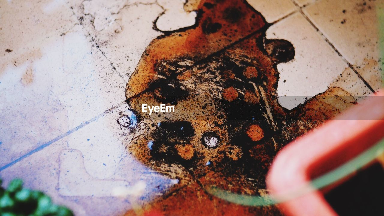 high angle view, selective focus, close-up, rusty, no people, day, multi colored, indoors