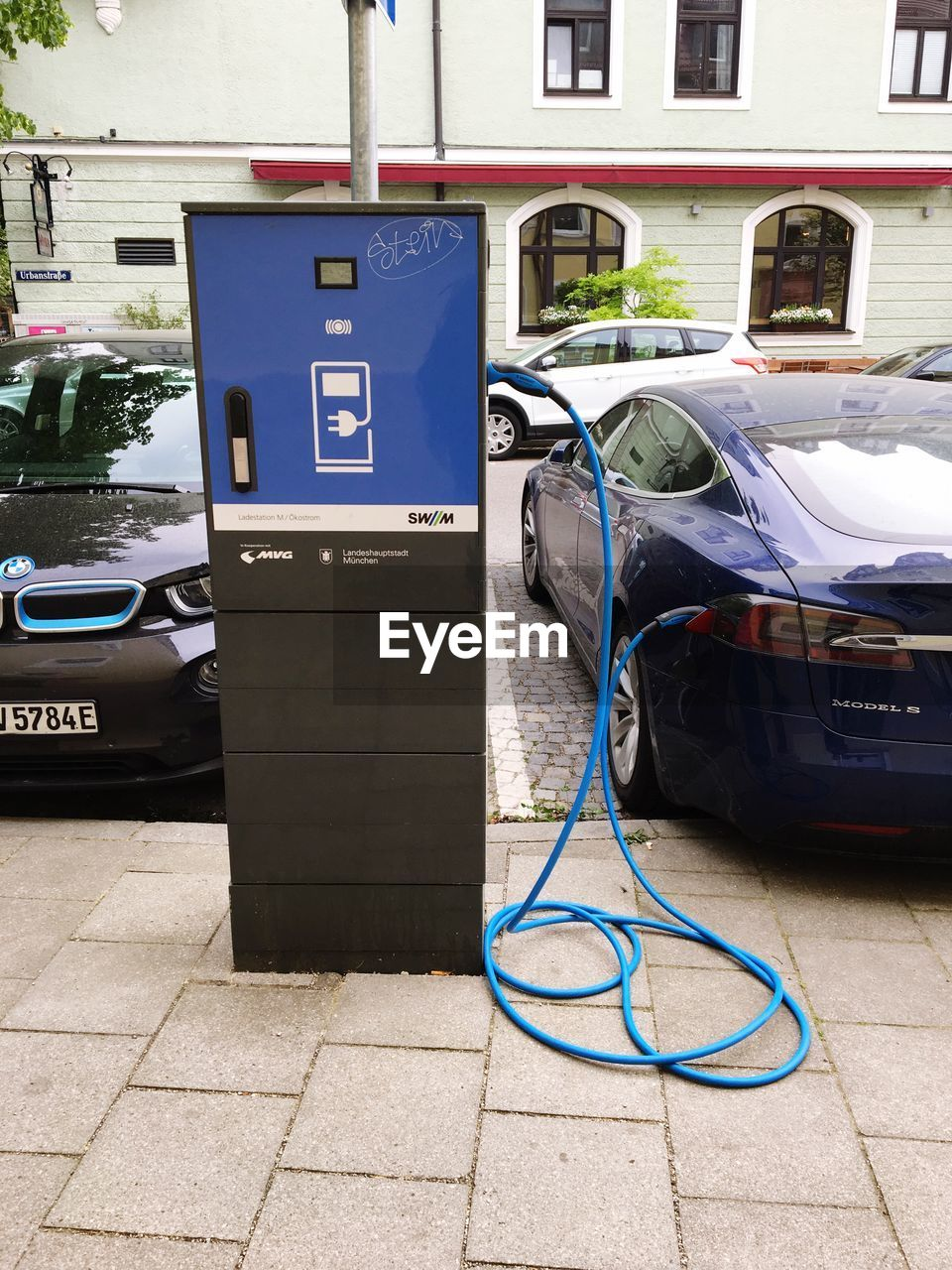fuel and power generation, day, cable, refueling, car, fuel pump, power supply, gas station, communication, motor vehicle, technology, mode of transportation, blue, no people, filling, electricity, connection, environmental conservation, renewable energy, transportation