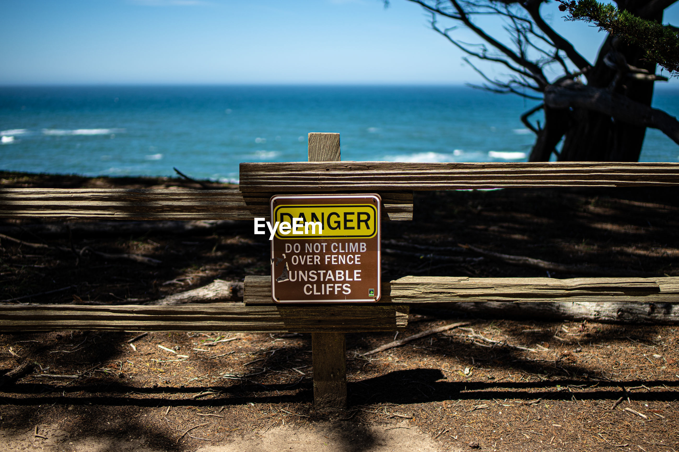 INFORMATION SIGN ON SHORE AGAINST SEA