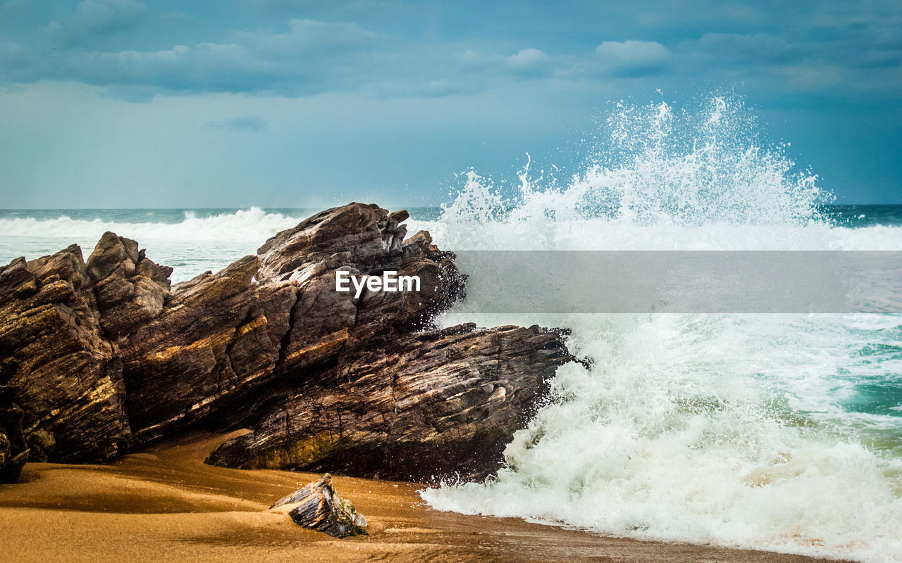 High Angle View Of Sea Waves Rushing Towards Shore