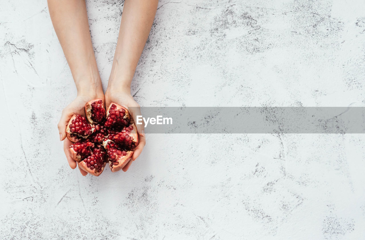 DIRECTLY ABOVE SHOT OF WOMAN HOLDING FRUIT