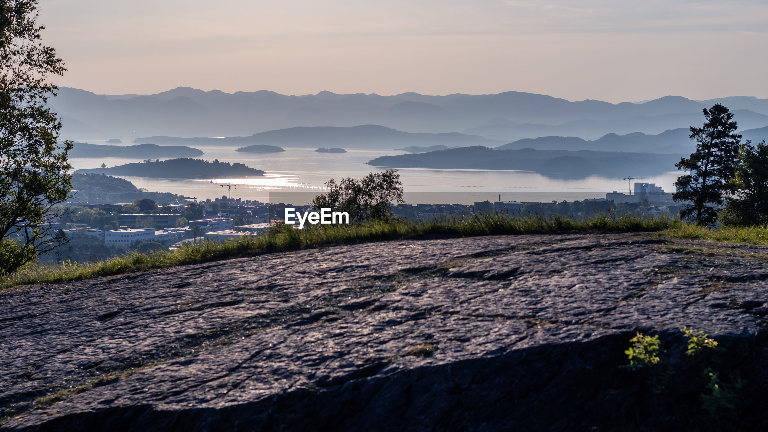 SCENIC VIEW OF LANDSCAPE AND MOUNTAINS AGAINST SKY DURING SUNSET