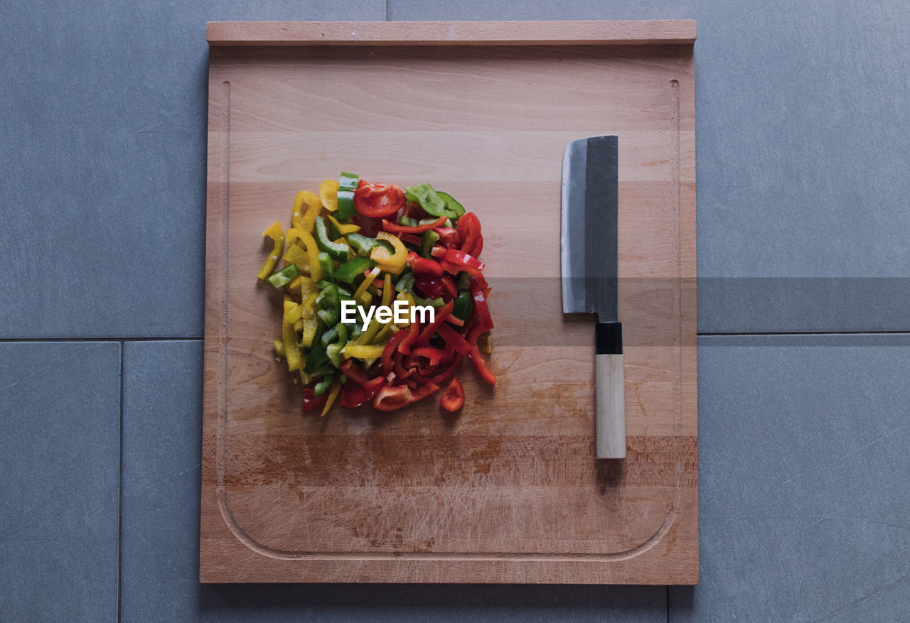 vegetable, cutting board, food and drink, freshness, food, healthy eating, wellbeing, pepper, directly above, indoors, wood - material, still life, no people, table, red, bell pepper, high angle view, kitchen knife, chili pepper, chopped, red chili pepper