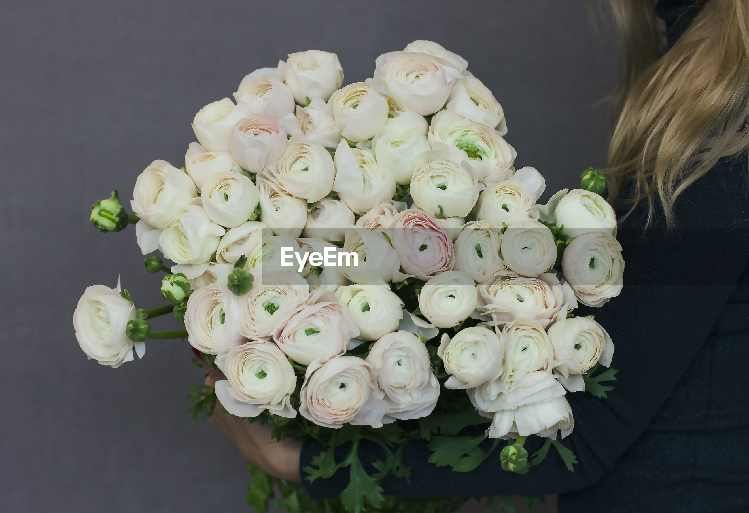 HIGH ANGLE VIEW OF BOUQUET OF WHITE ROSE