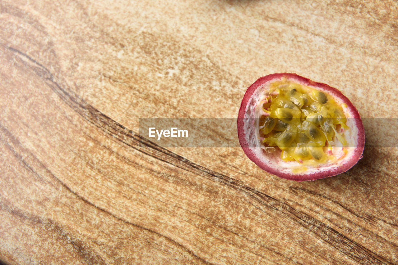 fruit, cross section, food and drink, healthy eating, food, freshness, slice, wood - material, seed, passion fruit, no people, close-up, indoors, nature, day