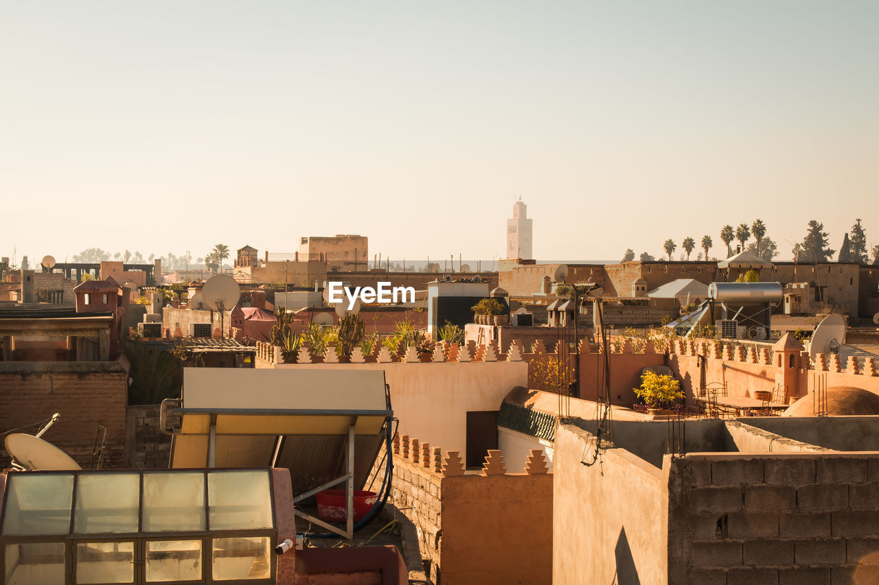 architecture, building exterior, built structure, sky, clear sky, building, residential district, city, copy space, nature, roof, cityscape, day, sunlight, no people, high angle view, community, outdoors, town, townscape