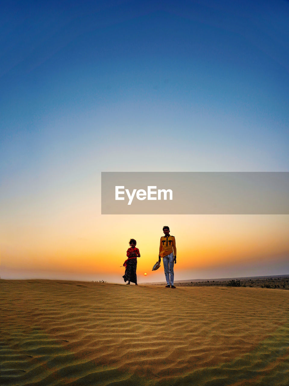 sky, two people, real people, sunset, togetherness, scenics - nature, beauty in nature, leisure activity, lifestyles, nature, land, tranquil scene, men, women, sand, sea, beach, copy space, horizon, clear sky, positive emotion, horizon over water, outdoors