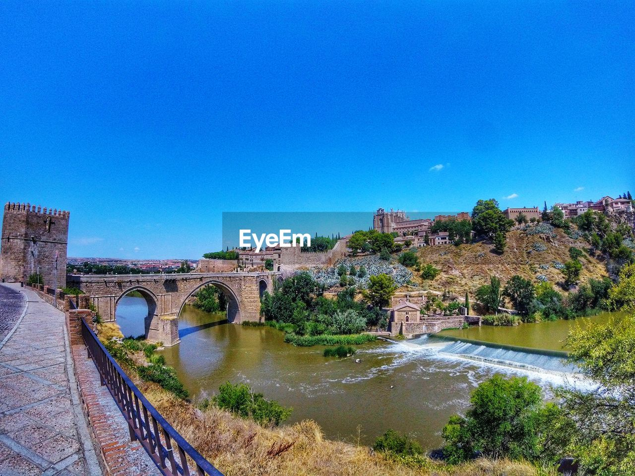 bridge, built structure, architecture, connection, water, bridge - man made structure, river, sky, arch bridge, nature, blue, copy space, transportation, arch, building exterior, clear sky, tree, day, no people, outdoors