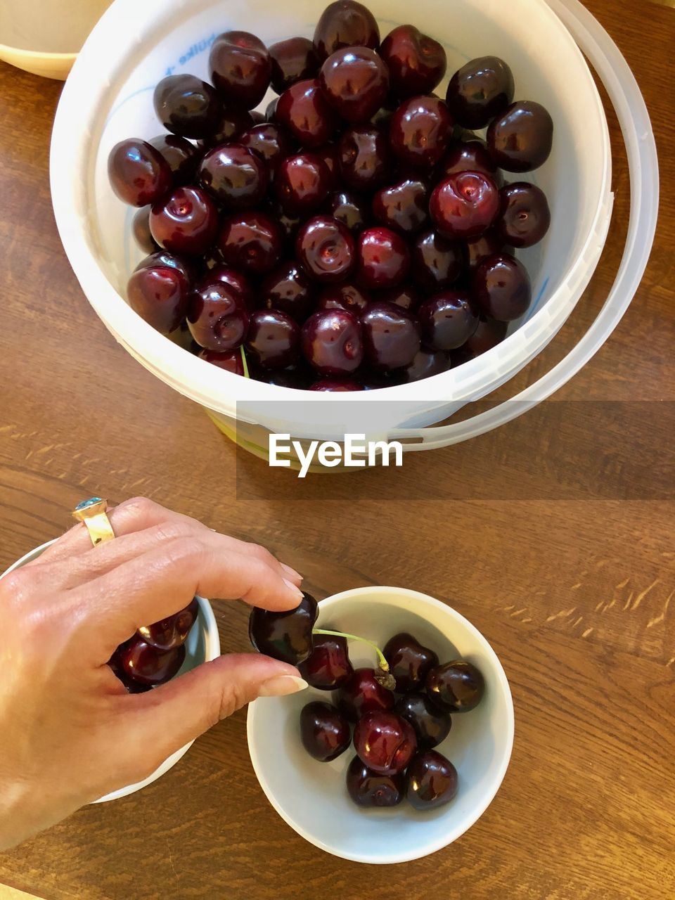 Kirschen sortieren 2 Food And Drink Food Fruit Freshness Human Hand Human Body Part One Person Healthy Eating Table Indoors  Wellbeing Sweet Food Hand Real People Lifestyles Sweet Cherry