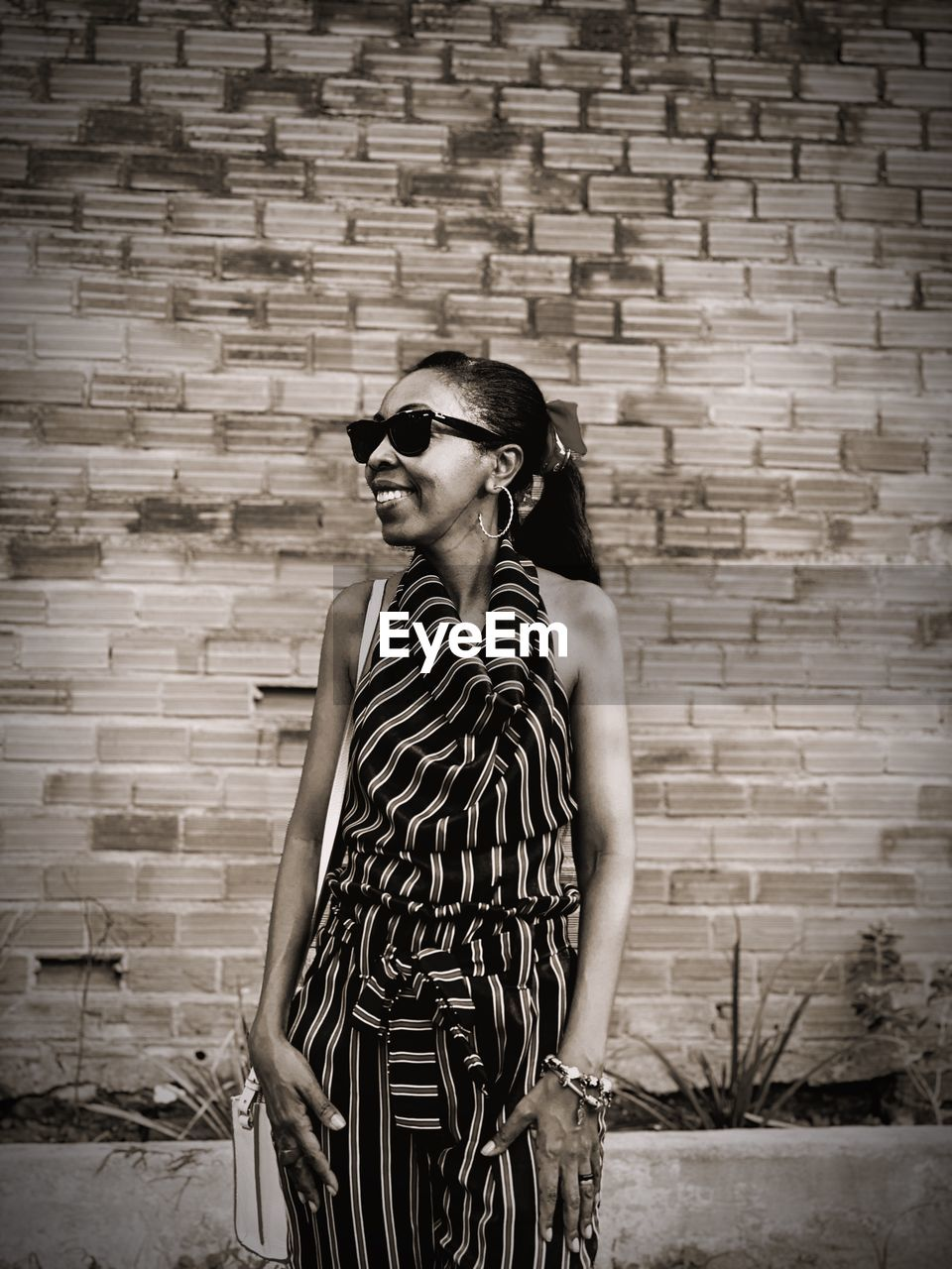 fashion, sunglasses, glasses, young adult, one person, real people, brick, brick wall, wall, standing, wall - building feature, casual clothing, leisure activity, architecture, lifestyles, pattern, young women, three quarter length, beautiful woman, outdoors, hairstyle