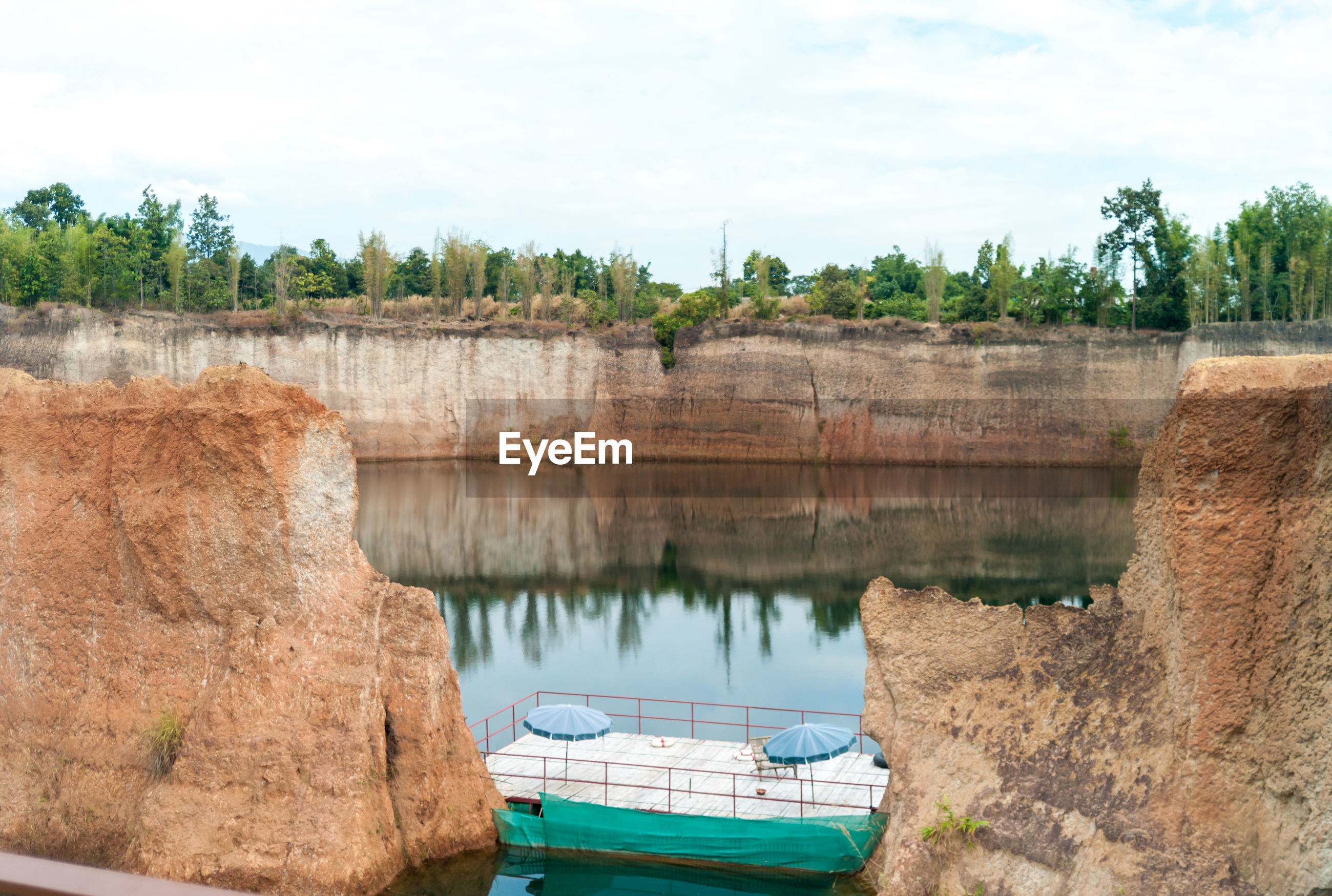 SCENIC VIEW OF DAM ON RIVERBANK AGAINST SKY