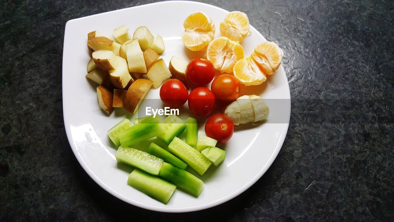 HIGH ANGLE VIEW OF CHOPPED FRUITS AND VEGETABLES IN PLATE