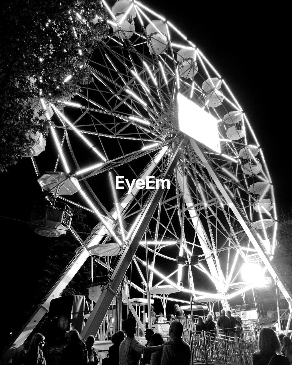leisure activity, illuminated, arts culture and entertainment, amusement park, night, real people, low angle view, large group of people, ferris wheel, enjoyment, women, men, lifestyles, fun, outdoors, sky, built structure, clear sky, people