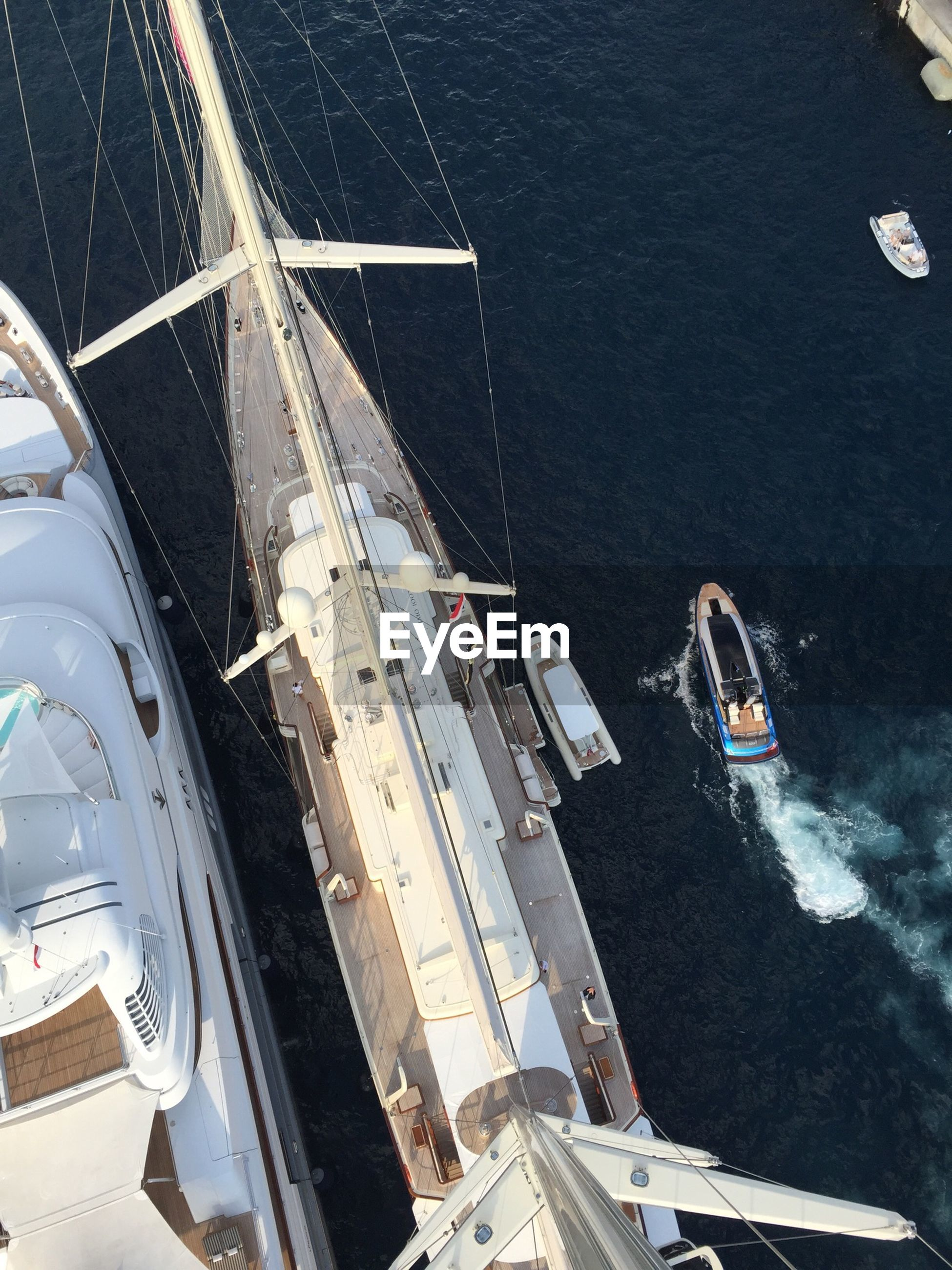 HIGH ANGLE VIEW OF SAILING SHIP IN SEA