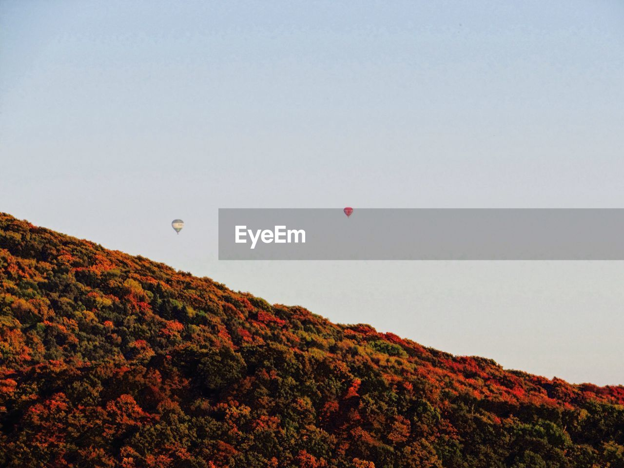 sky, balloon, environment, beauty in nature, hot air balloon, scenics - nature, mountain, landscape, nature, clear sky, mid-air, air vehicle, tranquil scene, transportation, copy space, tranquility, flying, land, non-urban scene, adventure, no people, outdoors
