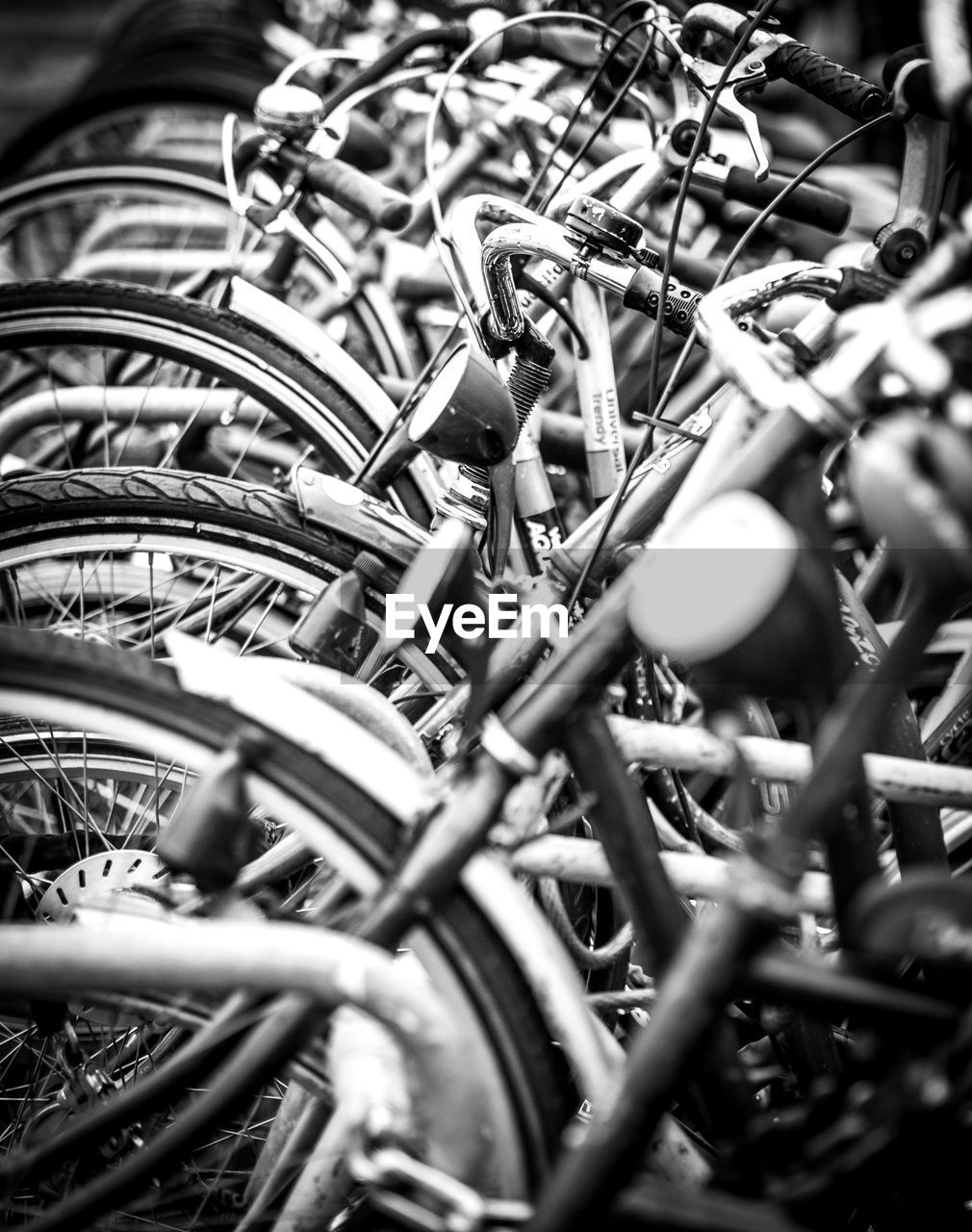 FULL FRAME SHOT OF BICYCLE WHEEL