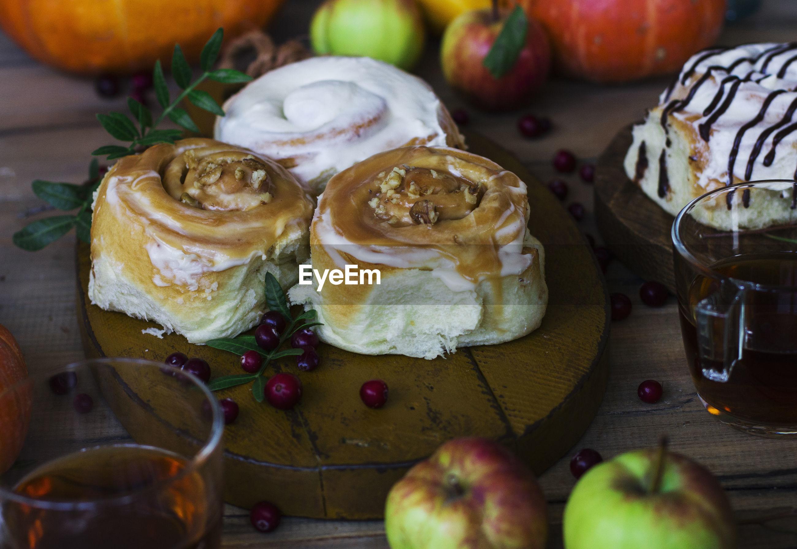 Cinnamon bun and apples with coffee on table