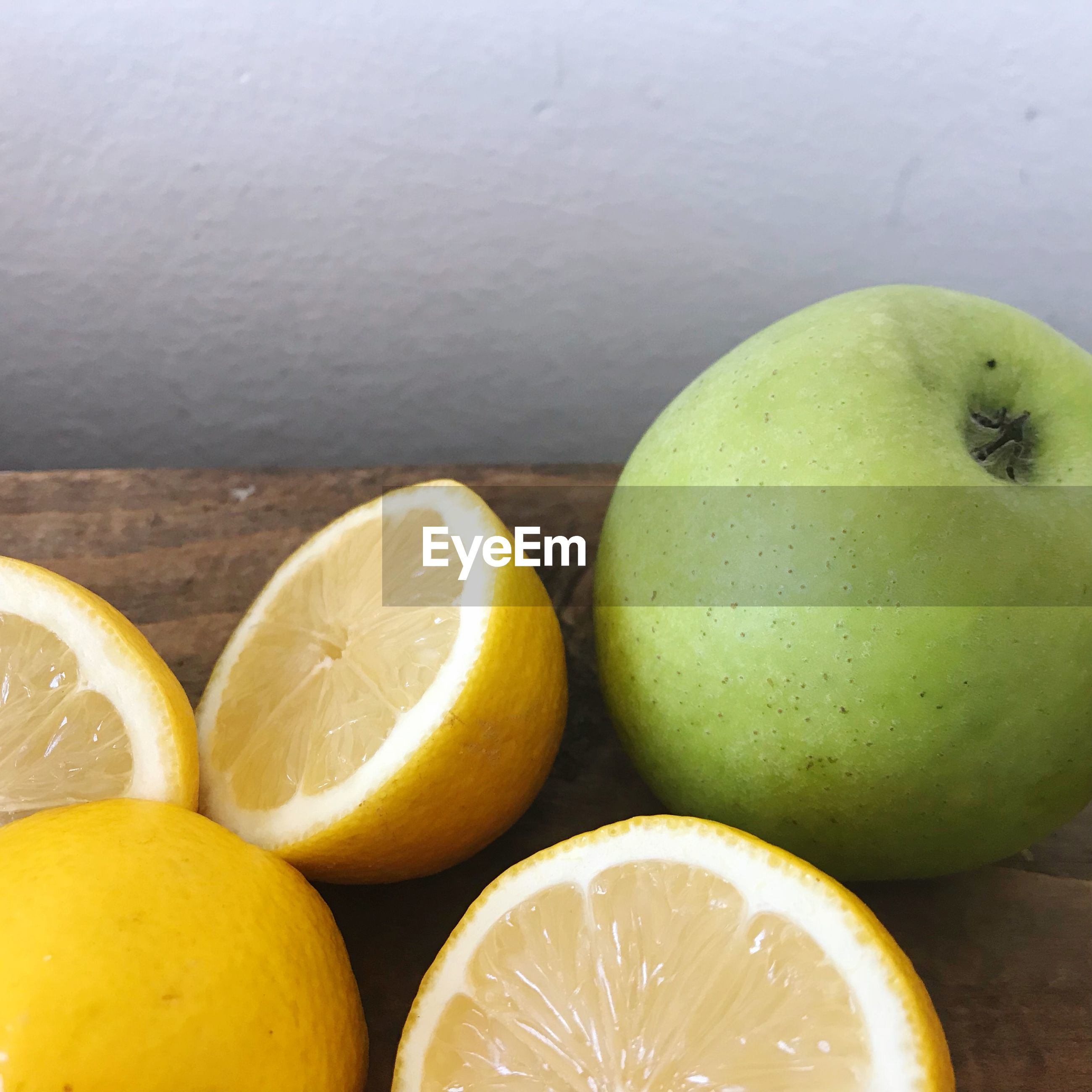 HIGH ANGLE VIEW OF APPLE ON TABLE