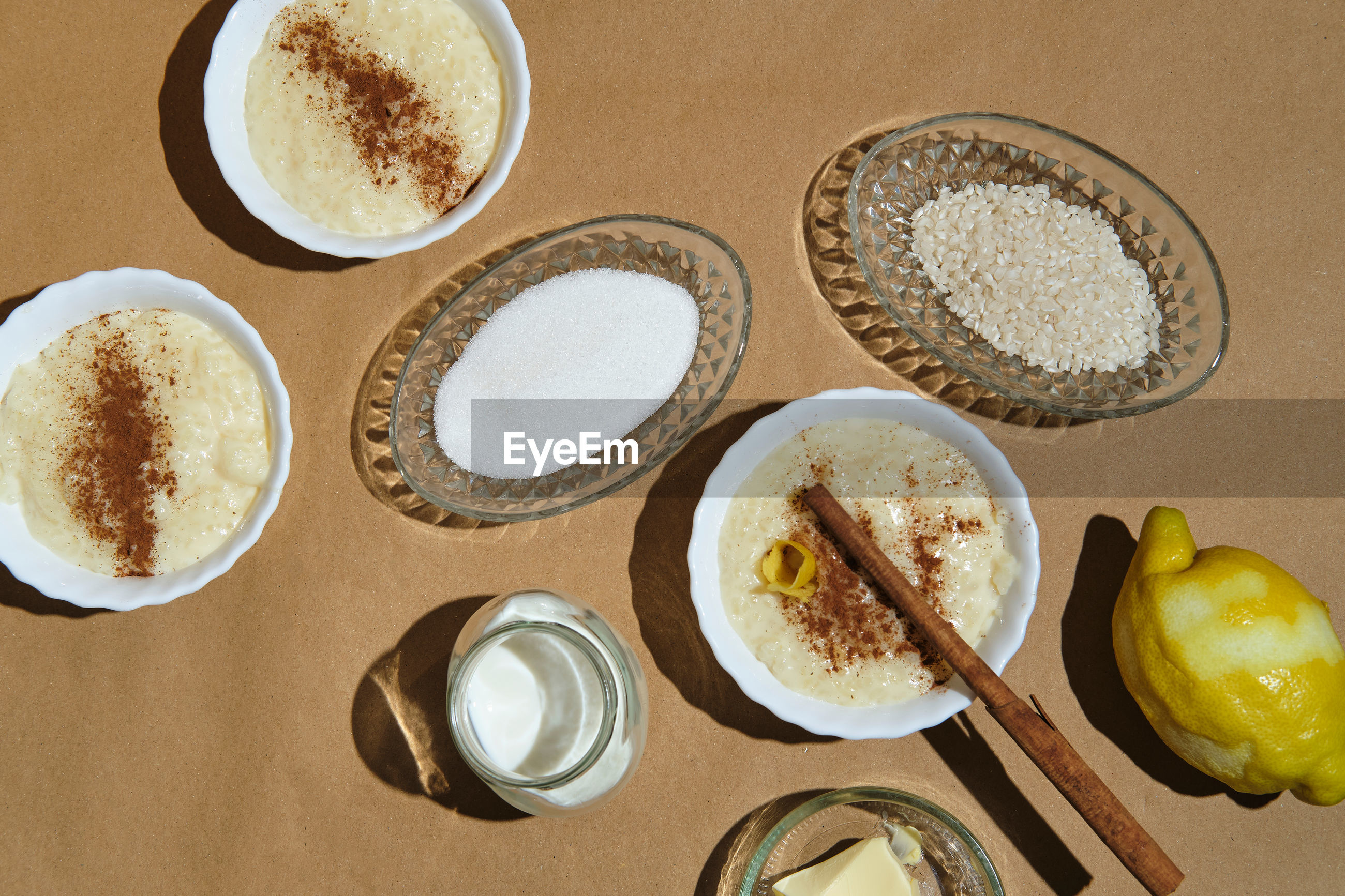 HIGH ANGLE VIEW OF COFFEE IN PLATE ON TABLE