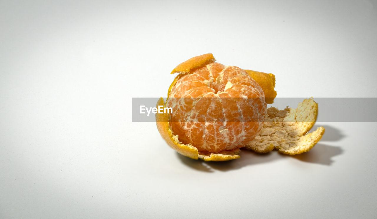CLOSE-UP OF FRESH ORANGE SLICE IN PLATE
