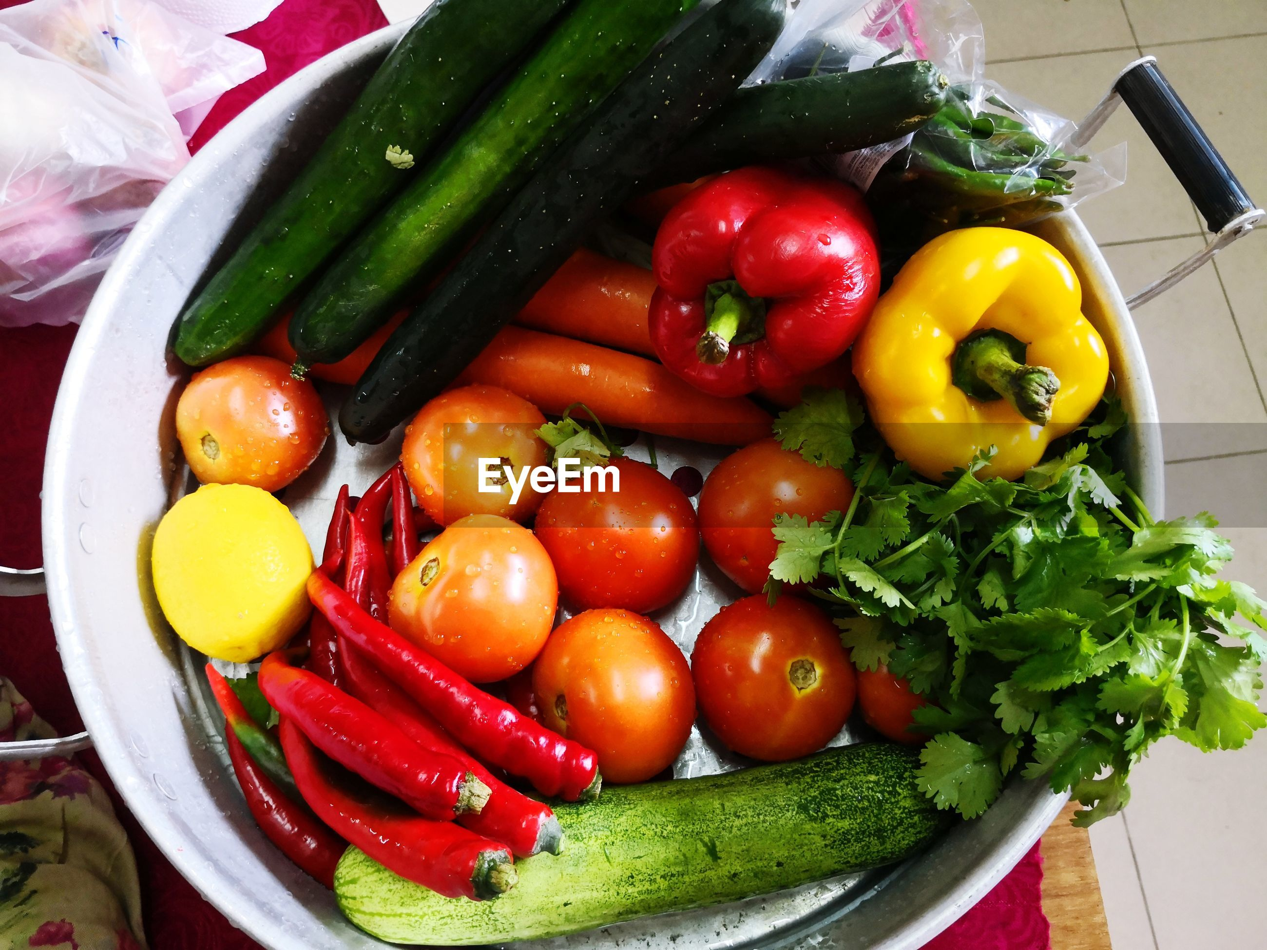 HIGH ANGLE VIEW OF FRUITS AND VEGETABLES IN PLATE
