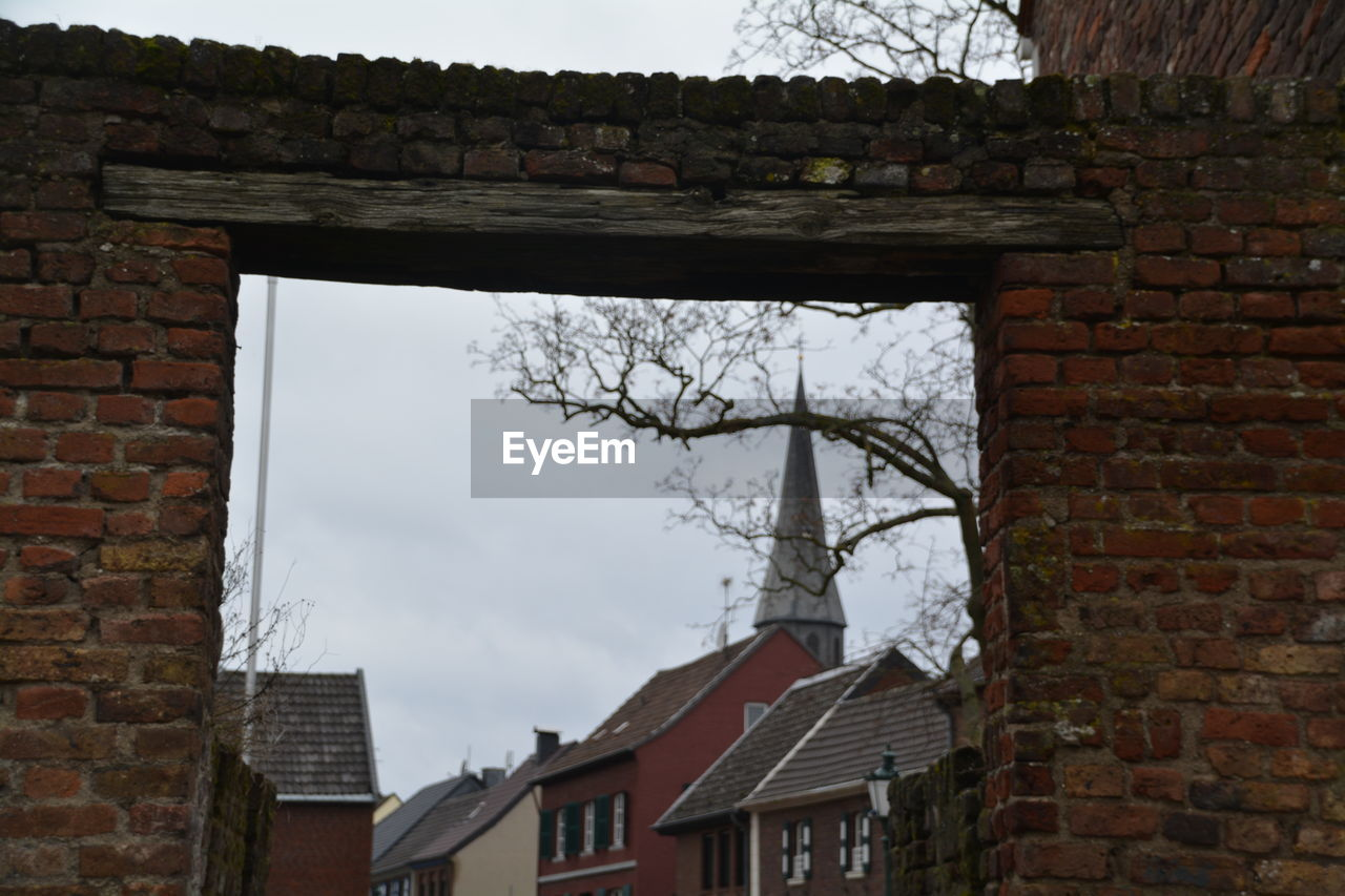 brick wall, architecture, building exterior, built structure, house, window, no people, day, outdoors, tree, sky, bare tree, nature
