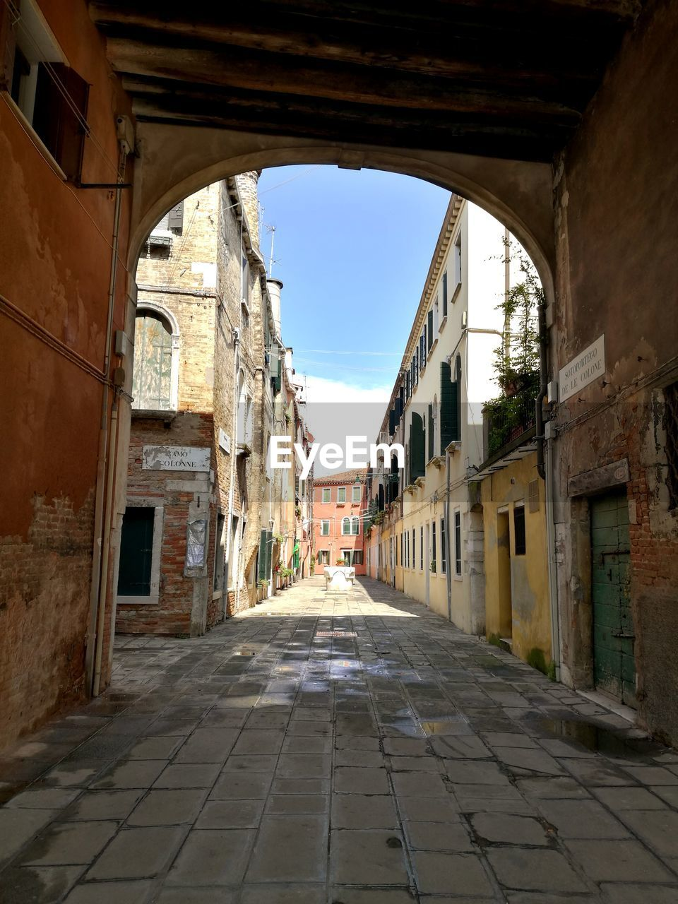 architecture, built structure, building exterior, building, direction, the way forward, city, sky, arch, no people, street, day, residential district, old, nature, town, empty, diminishing perspective, house, history, alley, outdoors, paving stone, long