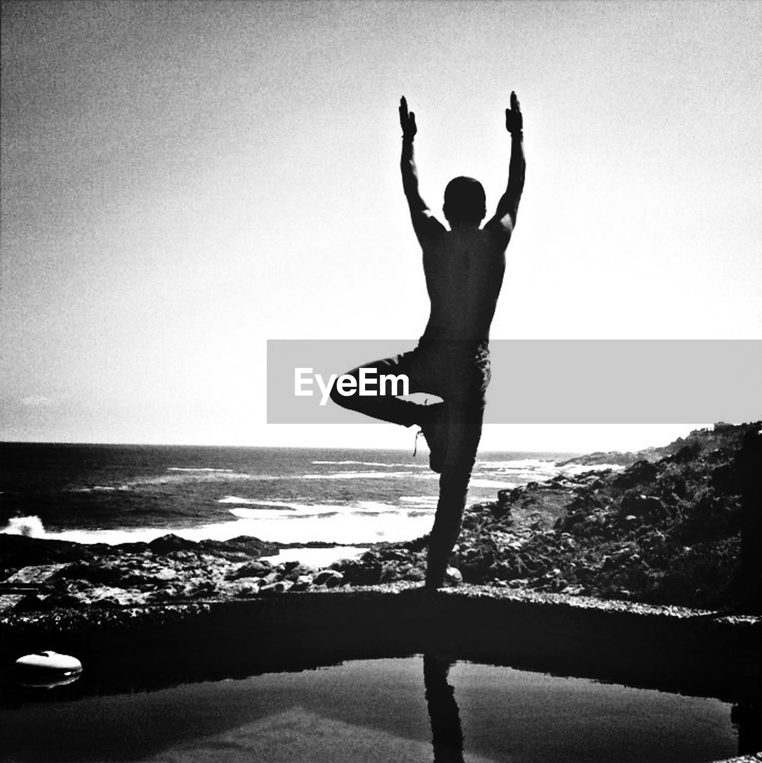 sea, horizon over water, water, beach, clear sky, full length, silhouette, leisure activity, shore, copy space, lifestyles, jumping, standing, scenics, arms raised, enjoyment, vacations, tranquil scene