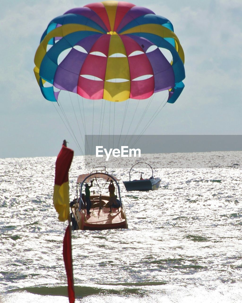sea, adventure, real people, parachute, extreme sports, leisure activity, water, transportation, parasailing, lifestyles, nature, one person, multi colored, day, sky, outdoors, horizon over water, mid-air, beauty in nature, flying, sport, vacations, scenics, men, paragliding, people