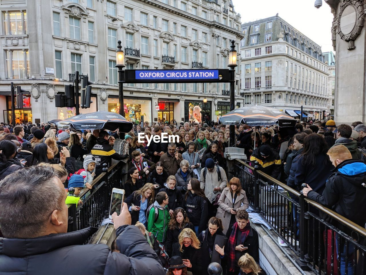 large group of people, real people, architecture, built structure, building exterior, men, crowd, women, city, lifestyles, city life, outdoors, day, people