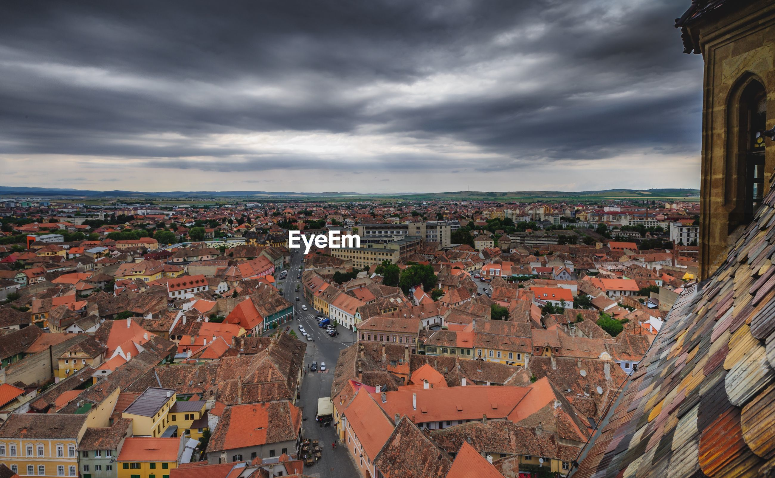 HIGH ANGLE SHOT OF TOWNSCAPE AGAINST SKY IN CITY