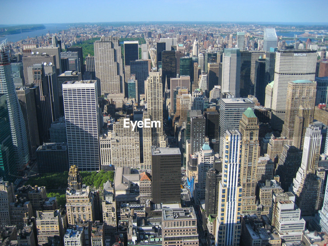 city, built structure, cityscape, architecture, building exterior, building, skyscraper, office building exterior, tall - high, residential district, sky, crowd, modern, landscape, nature, downtown district, crowded, urban skyline, day, outdoors, financial district