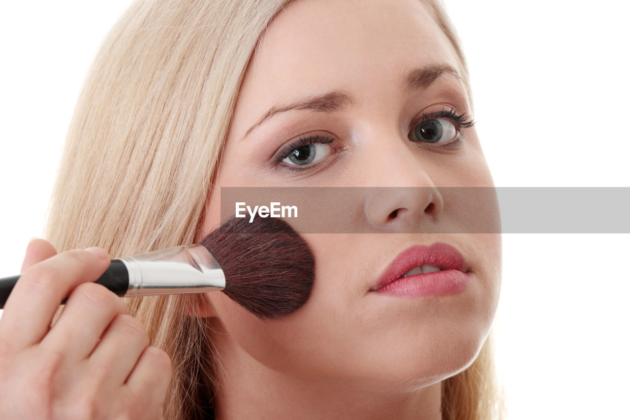 make-up, beauty, make-up brush, human body part, human face, applying, women, beautiful woman, blush - make-up, portrait, adult, beauty product, close-up, headshot, people, body part, young adult, indoors, front view, hair, fashion, preparation, glamour, self improvement, teenager, body care and beauty, hairstyle