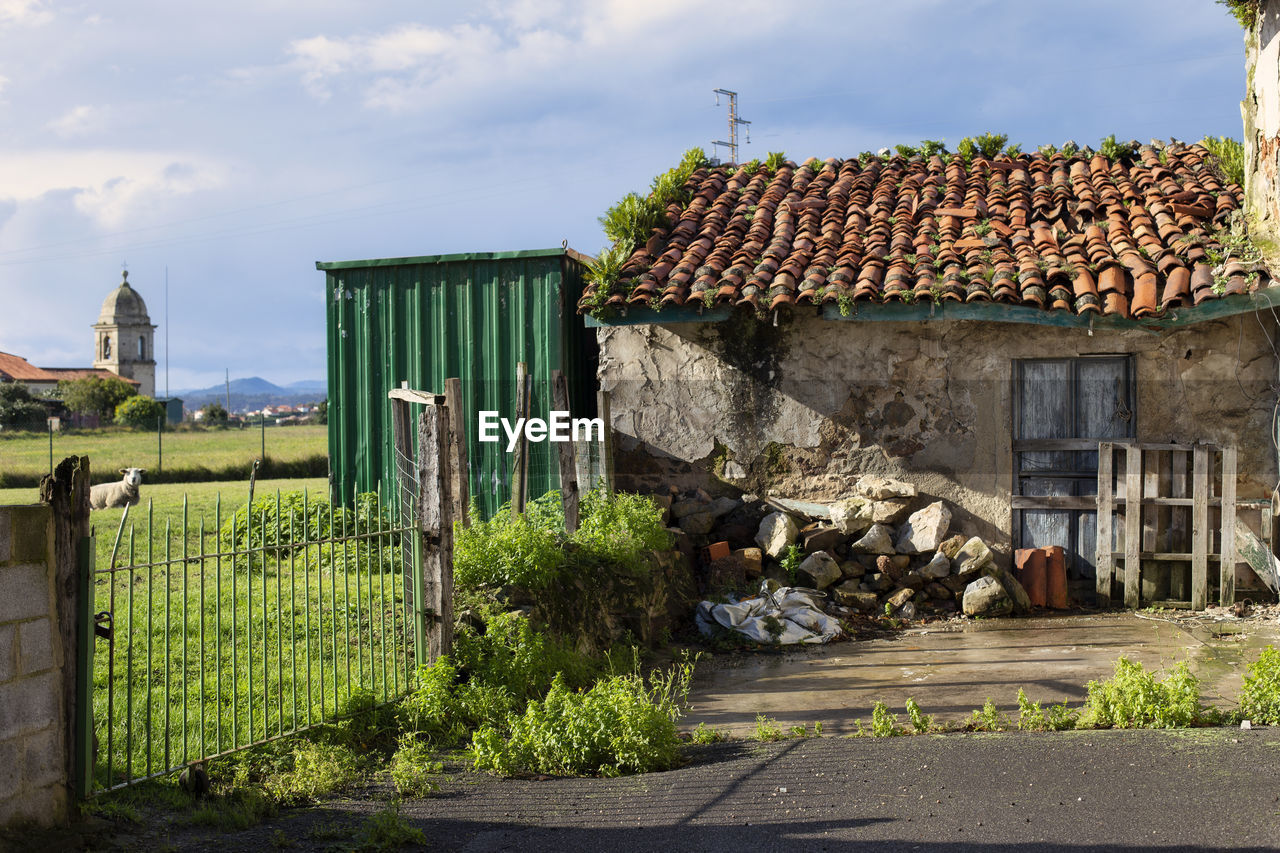 HOUSES BY STREET AGAINST SKY