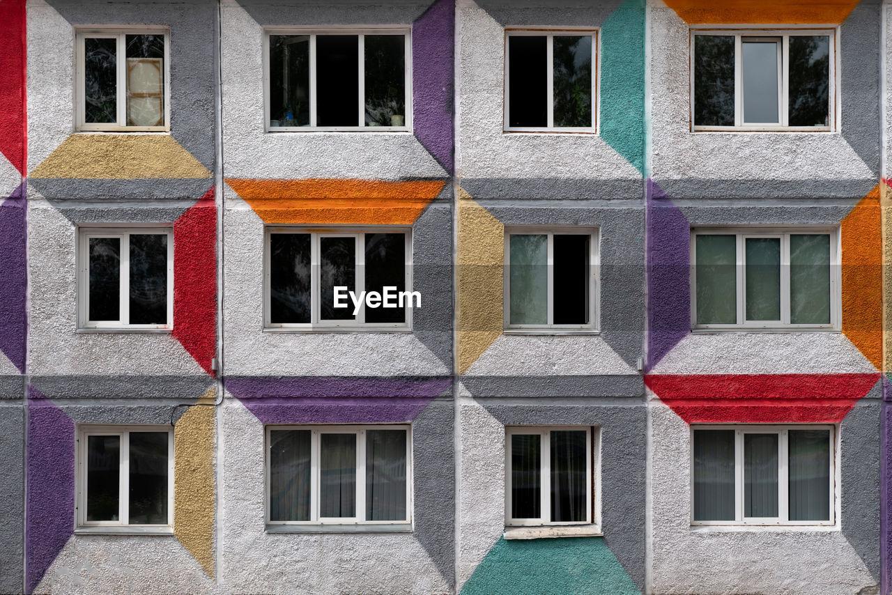 FULL FRAME SHOT OF WINDOWS ON BUILDING