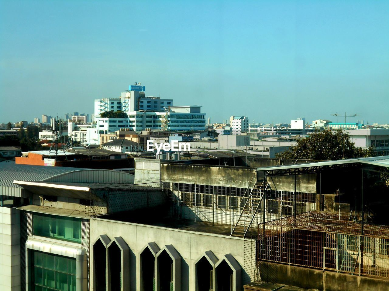 built structure, architecture, building exterior, building, sky, city, nature, no people, day, residential district, outdoors, sunlight, copy space, clear sky, house, office building exterior, blue, window, cityscape, glass - material, skyscraper