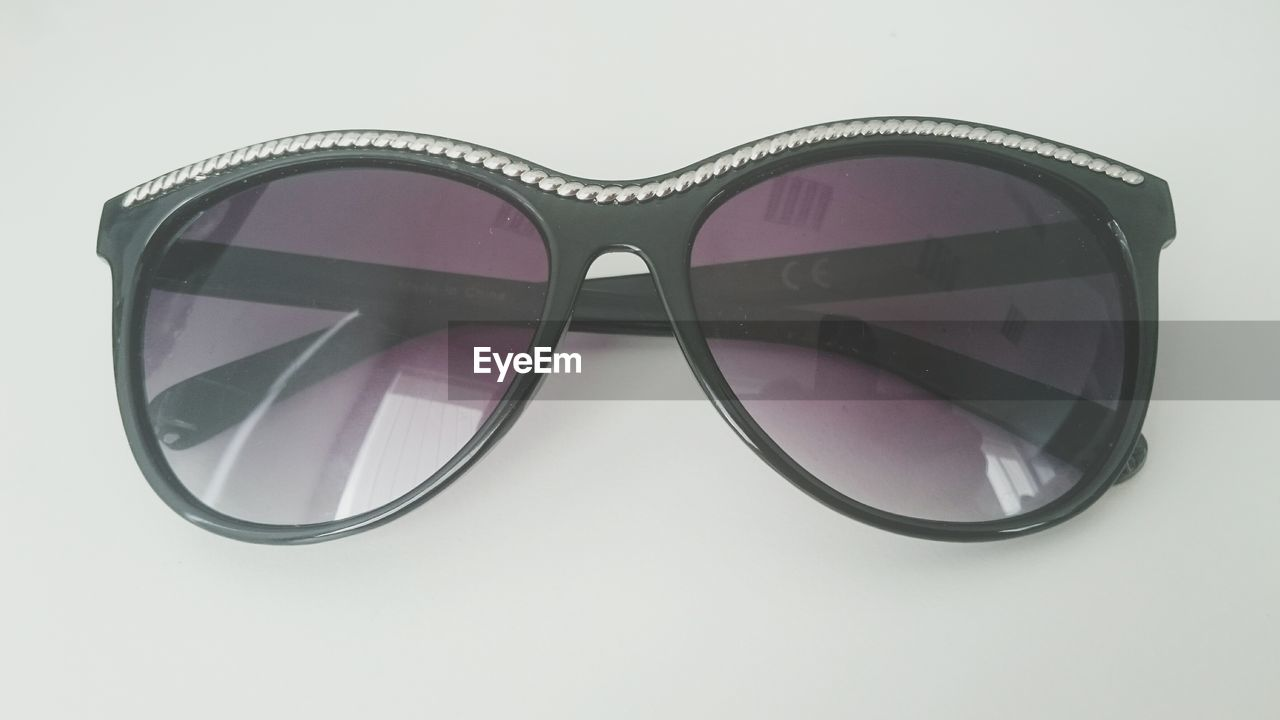 sunglasses, eyewear, white background, protection, single object, fashion, reflection, eyesight, clothing, studio shot, eyeglasses, cool, no people, modern, close-up