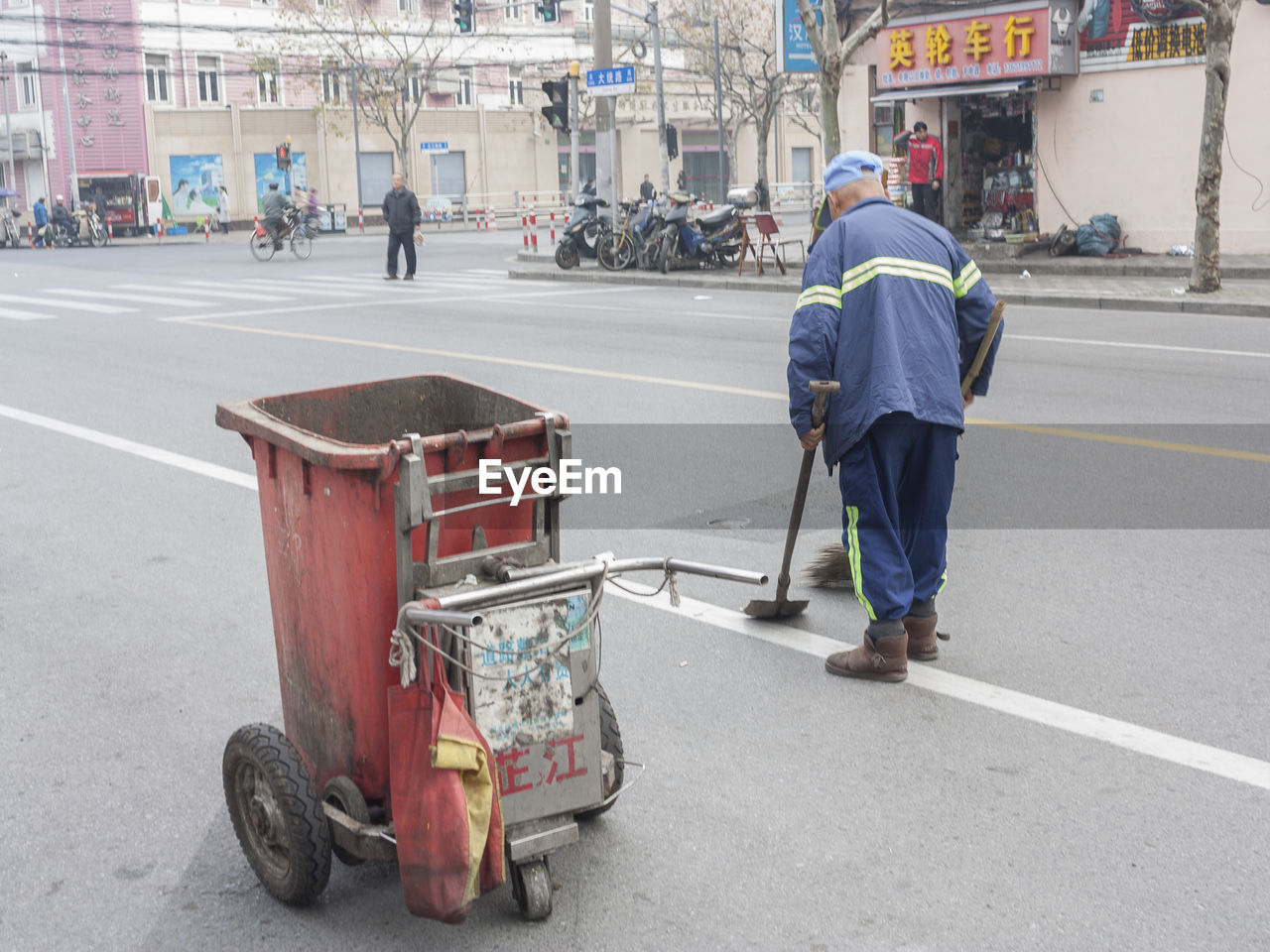 real people, full length, rear view, architecture, occupation, building exterior, built structure, one person, men, working, day, road, manual worker, reflective clothing, cleaning, outdoors, city, adult, people, adults only