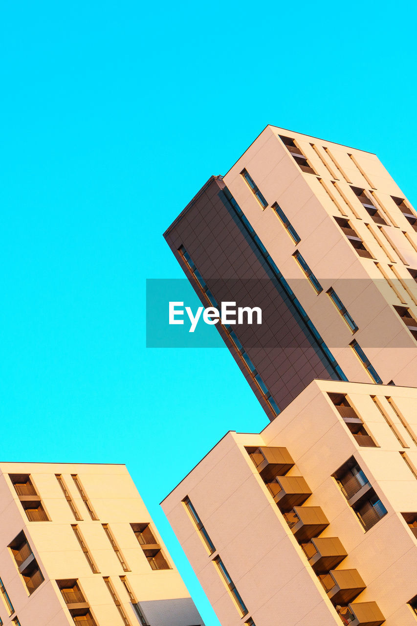building exterior, architecture, built structure, clear sky, low angle view, copy space, day, outdoors, window, blue, no people, modern, skyscraper, city