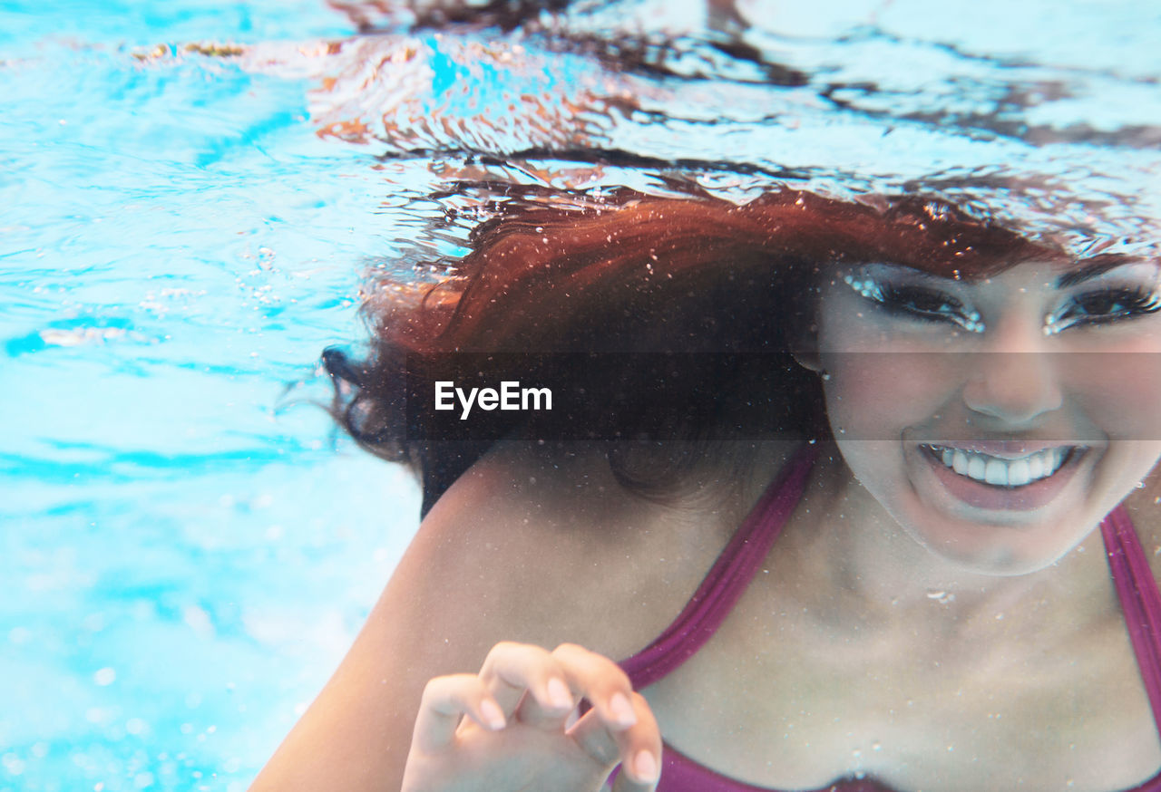 PORTRAIT OF WOMAN SMILING SWIMMING POOL