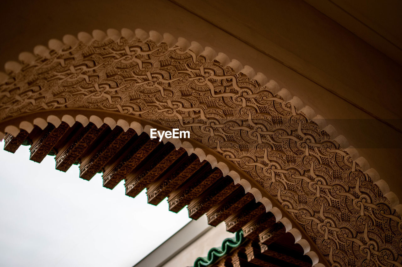 LOW ANGLE VIEW OF ARCHITECTURAL DETAIL