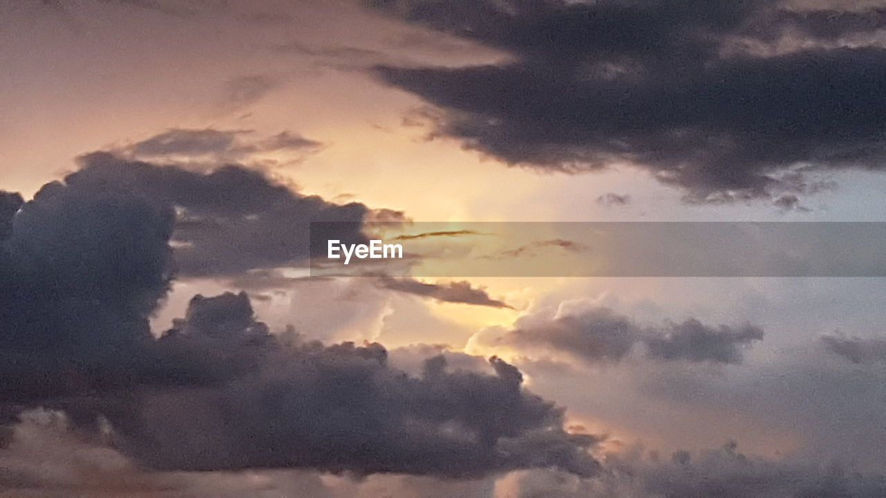 sky, cloud - sky, nature, beauty in nature, cloudscape, no people, backgrounds, scenics, sky only, tranquility, sunset, full frame, low angle view, outdoors, day